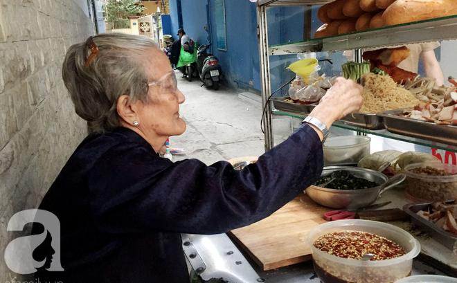 Xe bánh mì ngon nức tiếng Sài Gòn của bà Tư Trầu: 60 năm tuổi đời vẫn làm mê lòng những thực khách sành ăn