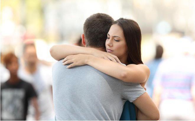 Nhìn thấy vợ hoặc chồng của bạn mình ngoại tình, có nên nói không?