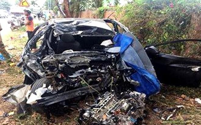 Xe ô tô con đấu đầu xe tải, 5 người thương vong