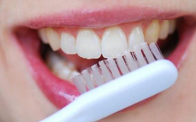 Những thói quen xấu đang âm thầm phá huỷ men răng của bạn mỗi ngày