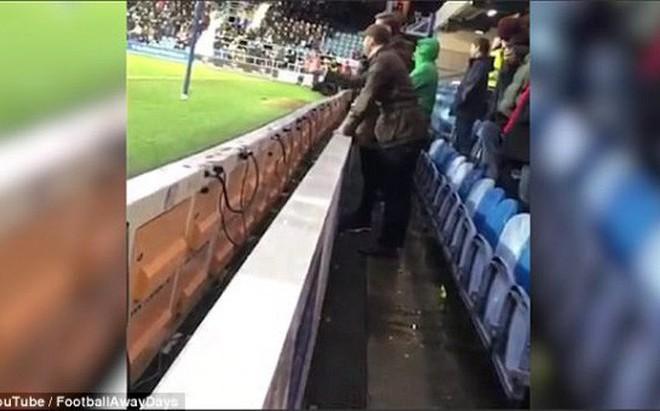 Đi tiểu vào chai nước của thủ môn, cổ động viên bóng đá phải trả giá đắt