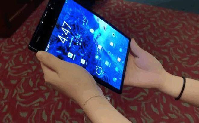 The Verge: Smartphone Royole FlexPai trông thì xấu xấu nhưng màn hình gập của nó ít ra cũng hoạt động y như quảng cáo