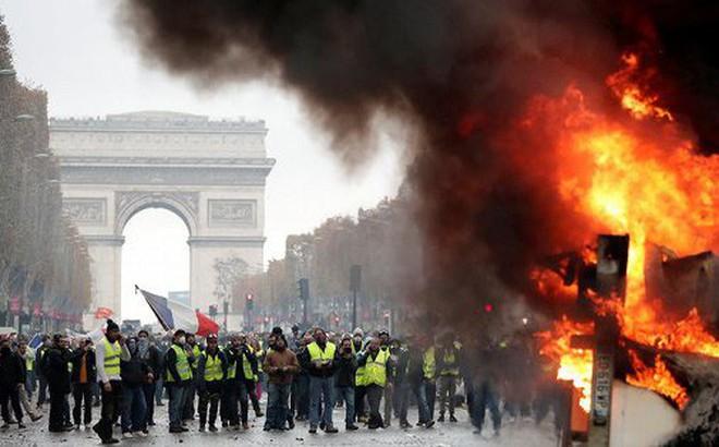 Cảnh sát dùng hơi cay, vòi rồng đối phó 8.000 người biểu tình, Paris trở thành 'chiến địa'