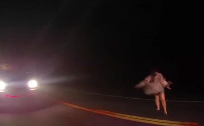 [Video] Trốn chạy cảnh sát, người phụ nữ ném trẻ sơ sinh xuống đất