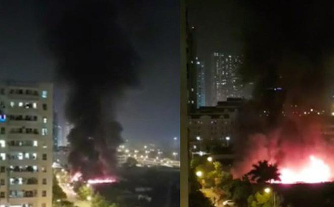Hà Nội: Cháy lớn tại xưởng nội thất ô tô lúc nửa đêm, hàng trăm cảnh sát căng mình dập lửa