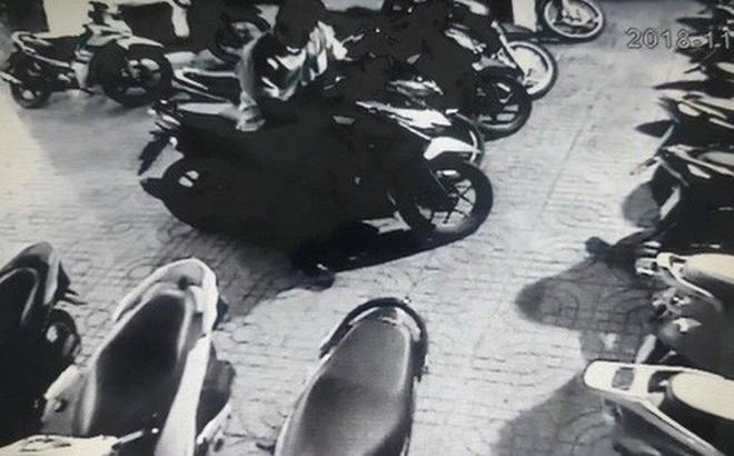 CLIP: Phó giám đốc bẻ khóa, trộm đồ trong cốp xe nhanh như chớp