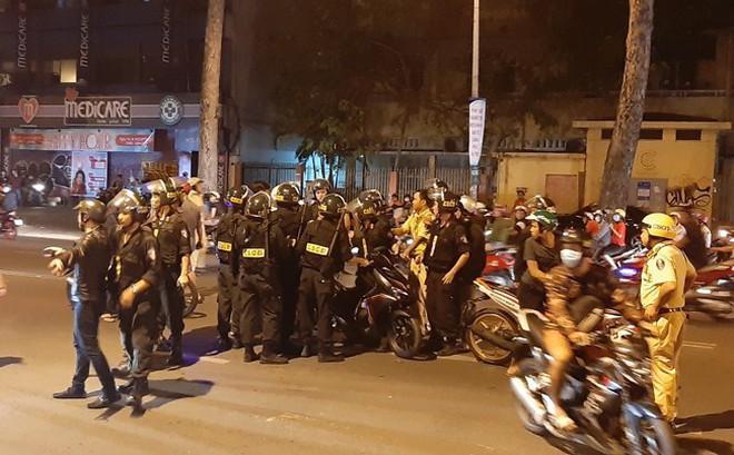 Trắng đêm chặn 'bão' sau trận thắng của đội tuyển Việt Nam trước Philippines