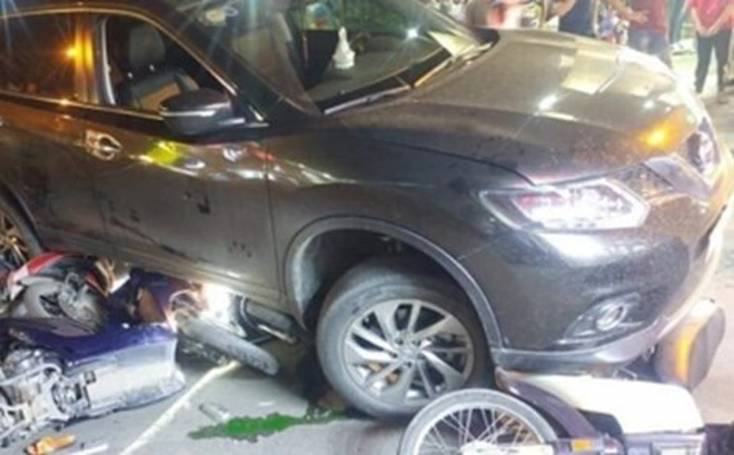Ôtô 'điên' cuốn hàng loạt xe máy vào gầm, 4 người bị thương