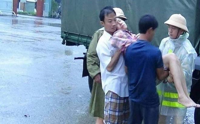 Giải cứu một gia đình bị ngạt khí gas trong lũ