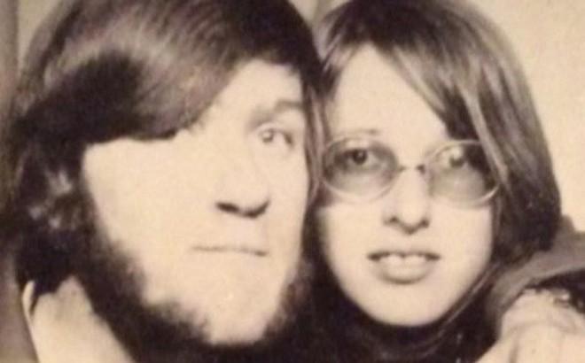Năm 1971 được bạn gái tặng quà rồi đòi chia tay, 47 năm sau ông chú mới mở ra xem khiến dư luận tò mò hóng bằng được