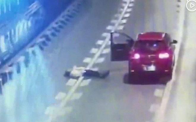 Bánh bèo tối thượng: Cãi nhau với bạn trai, nữ tài xế xuống xe nằm dài giữa đường cao tốc ăn vạ