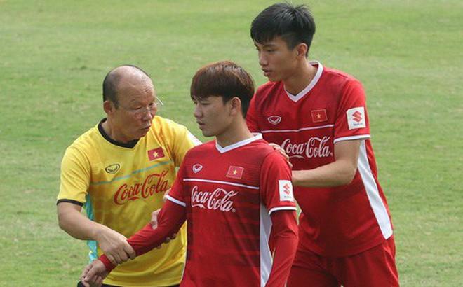 HLV Park Hang-seo nghiêm khắc uốn nắn Minh Vương, tận tình hỏi thăm sức khỏe học trò