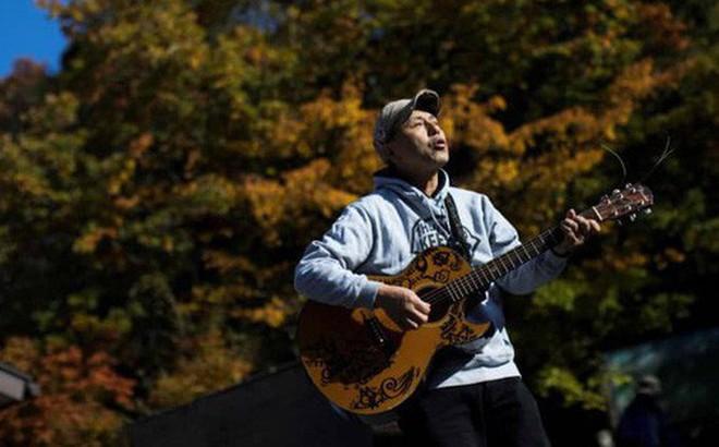 """Người canh giữ """"khu rừng tự sát"""" ở Nhật Bản: Hằng đêm vẫn cất lên tiếng hát để xoa dịu những tâm hồn bị tổn thương"""
