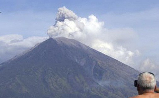 """Núi lửa trên đảo du lịch Bali (Indonesia) bất ngờ """"thức giấc"""""""