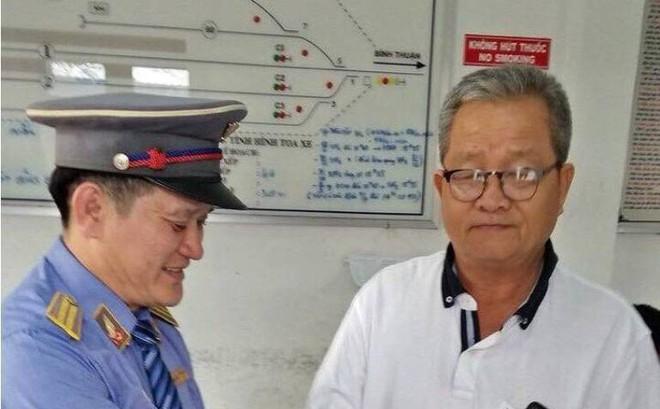 Nữ nhân viên tàu hoả trả 3.000USD cho khách làm rơi trên tàu