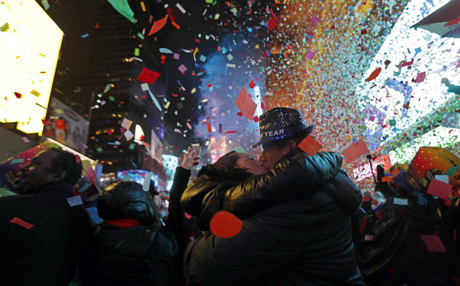 Nước Mỹ hân hoan bước sang năm mới 2019, nụ hôn ngọt ngào sưởi ấm tiết trời giá lạnh