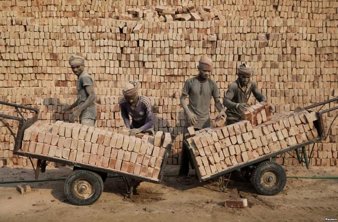 24h qua ảnh: Công nhân làm việc trong một nhà máy gạch ở Bangladesh - Ảnh 3.
