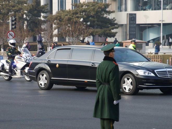 Tại sao nhà lãnh đạo Triều Tiên Kim Jong-un mặc áo khoác đen, đội mũ đen khi đến Bắc Kinh? - Ảnh 2.