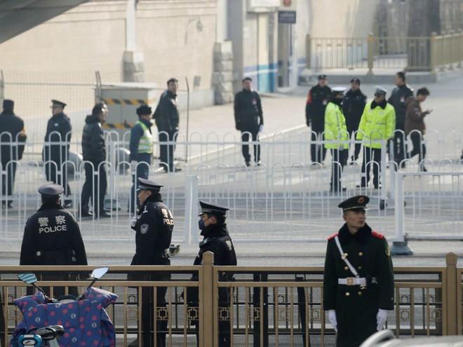 Tại sao nhà lãnh đạo Triều Tiên Kim Jong-un mặc áo khoác đen, đội mũ đen khi đến Bắc Kinh? - Ảnh 6.
