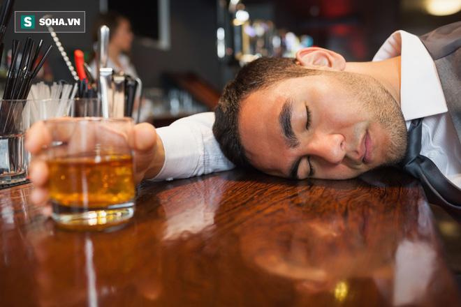 Rượu gây hại lớn cho sức khỏe: Bỏ túi ngay 8 cách giải rượu, giảm say, phòng độc dễ làm - Ảnh 1.