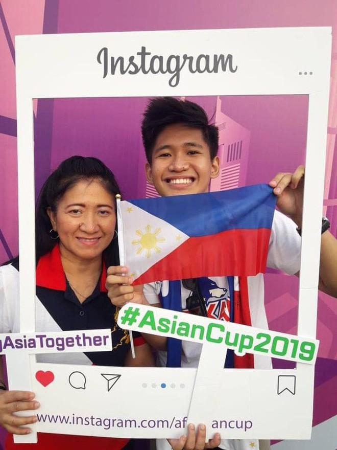 Tìm ra người mẹ của năm, đưa con trai vừa tốt nghiệp cấp 3 vượt 7.000 km sang Dubai xem Asian Cup 2019 - Ảnh 3.
