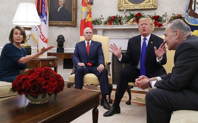 TT Trump giận dữ đập bàn, lao khỏi phòng họp khi phe Dân chủ nói không với tường biên giới