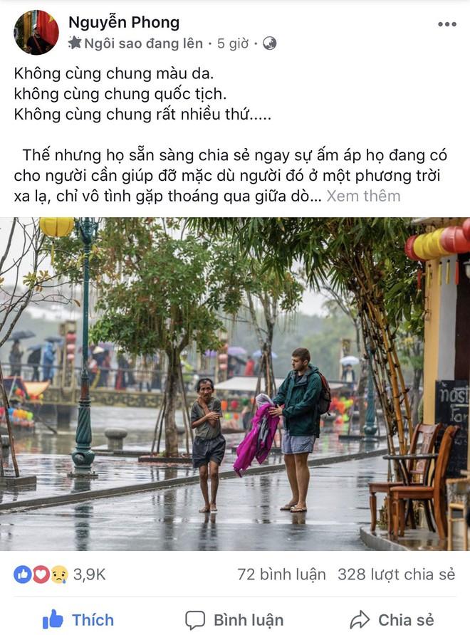 Thấy người đàn ông Việt co ro giữa mưa lạnh, chàng trai ngoại quốc đuổi theo và có hành động nghìn like - Ảnh 1.