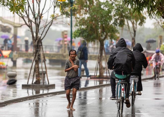 Thấy người đàn ông Việt co ro giữa mưa lạnh, chàng trai ngoại quốc đuổi theo và có hành động nghìn like - Ảnh 5.