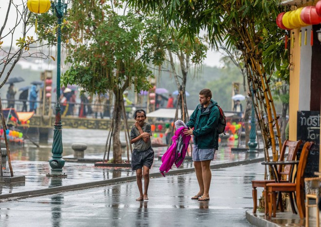 Thấy người đàn ông Việt co ro giữa mưa lạnh, chàng trai ngoại quốc đuổi theo và có hành động nghìn like - Ảnh 4.