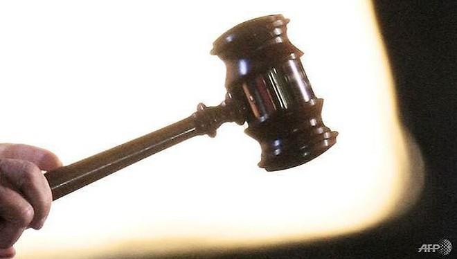 Bị kết án tù vì trần truồng ngồi trước cửa - Ảnh 1.