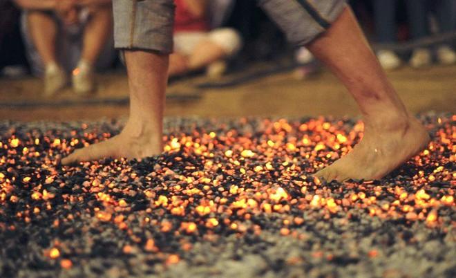 Lí giải hiện tượng con người đi trên than hồng nhưng không bị bỏng - Ảnh 1.