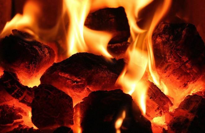 Lí giải hiện tượng con người đi trên than hồng nhưng không bị bỏng - Ảnh 2.