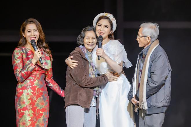 Hương Tràm gây xúc động khi tặng người mẹ 73 tuổi cặp vé máy bay để thực hiện giấc mơ Mỹ - Ảnh 4.