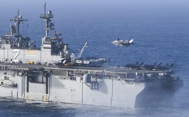 """Siêu tiêm kích F-35B trở lại tàu đổ bộ USS Essex, Mỹ gửi thông điệp """"sẵn sàng tấn công""""?"""