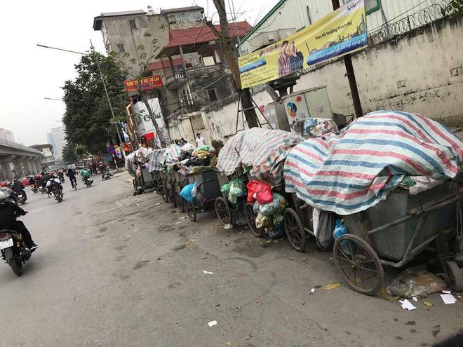 Vụ rác thải chất như núi trên phố: Phó Chủ tịch Hà Nội trực tiếp đối thoại với dân Nam Sơn - Ảnh 2.