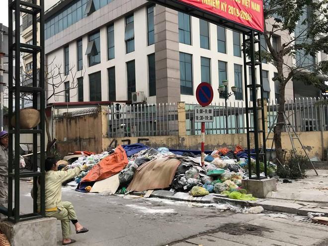 Vụ rác thải chất như núi trên phố: Phó Chủ tịch Hà Nội trực tiếp đối thoại với dân Nam Sơn - Ảnh 1.