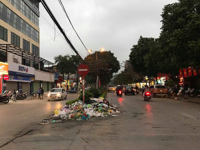 Vụ rác thải chất như núi trên phố: Phó Chủ tịch Hà Nội trực tiếp đối thoại với dân Nam Sơn - Ảnh 3.
