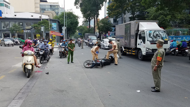 Va chạm với xe máy khi đang trên đường đến chỗ làm, cô gái bị đứt gần lìa chân ở Sài Gòn - Ảnh 1.