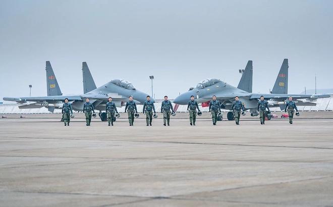 [ẢNH] J-20 Trung Quốc và F-35 Nhật Bản chuẩn bị có cuộc đối đầu lịch sử: Ai sẽ thắng? - Ảnh 1.