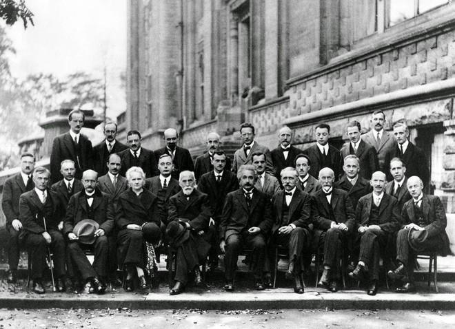 Bức ảnh nhiều não nhất mọi thời đại: Nguyên một hội bạn thân gia thế khủng toàn thiên tài IQ trên 180 - Ảnh 2.