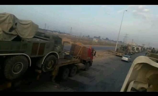 """Quân đội Syria rầm rập kéo hệ thống phóng tên lửa """"khủng"""" BM-27 Uragan tới Idlib - Ảnh 1."""