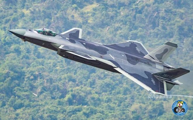 Trung Quốc tiếp tục khoe tiêm kích J-20 giữa lúc căng thẳng với Mỹ - Ảnh 12.