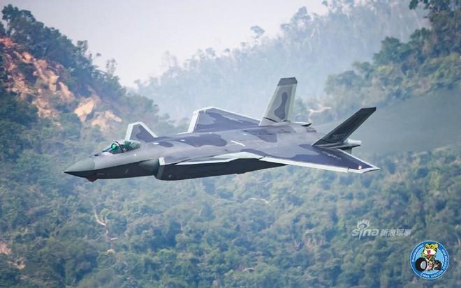 Trung Quốc tiếp tục khoe tiêm kích J-20 giữa lúc căng thẳng với Mỹ - Ảnh 13.