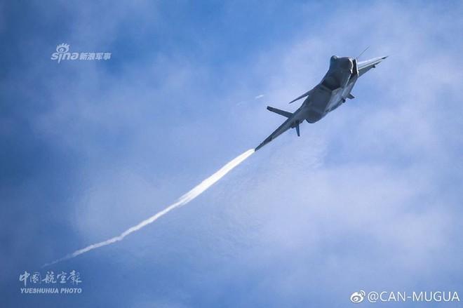 Trung Quốc tiếp tục khoe tiêm kích J-20 giữa lúc căng thẳng với Mỹ - Ảnh 3.
