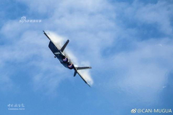 Trung Quốc tiếp tục khoe tiêm kích J-20 giữa lúc căng thẳng với Mỹ - Ảnh 4.