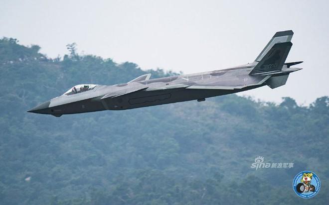 Trung Quốc tiếp tục khoe tiêm kích J-20 giữa lúc căng thẳng với Mỹ - Ảnh 10.