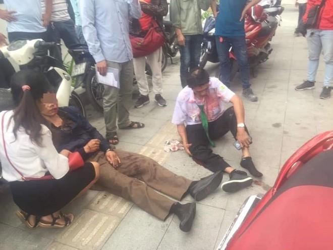 Vụ tai nạn nóng trên phố Sài Gòn: Taxi lao lên vỉa hè, đâm vào gốc cây, đầu xe biến dạng - Ảnh 6.
