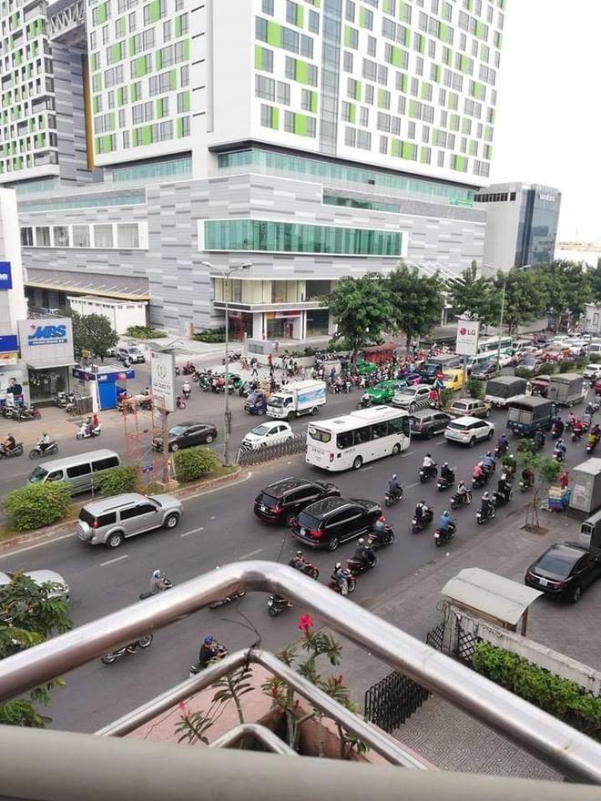 Vụ tai nạn nóng trên phố Sài Gòn: Taxi lao lên vỉa hè, đâm vào gốc cây, đầu xe biến dạng - Ảnh 5.