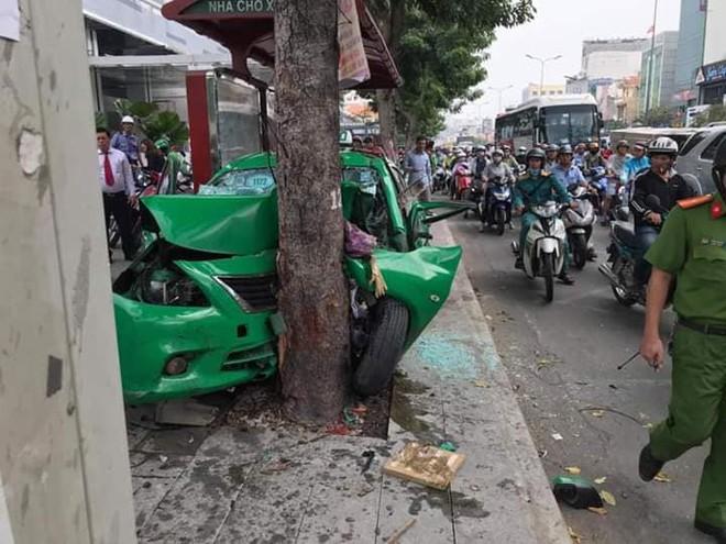Vụ tai nạn nóng trên phố Sài Gòn: Taxi lao lên vỉa hè, đâm vào gốc cây, đầu xe biến dạng - Ảnh 1.