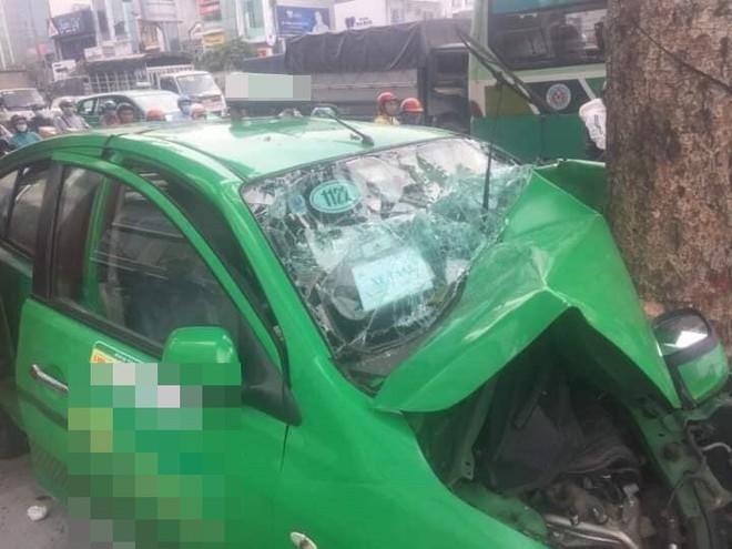 Vụ tai nạn nóng trên phố Sài Gòn: Taxi lao lên vỉa hè, đâm vào gốc cây, đầu xe biến dạng - Ảnh 2.